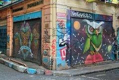 Stängt shoppa yttersidor med metalldörrar som målas med färgrika grafitti på Hoca Tahsin Street, det Karakoy området, Istanbul, T Royaltyfri Bild
