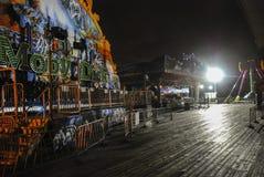 Stängt strandpromenadnöjesfält på natten arkivfoto