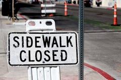 Stängt tecken för trottoar arkivbilder