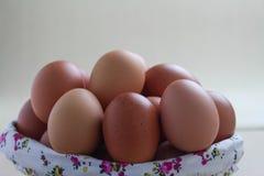 Stängt upp ägg i härlig korg på grå bakgrund arkivfoton