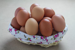 Stängt upp ägg i härlig korg på grå bakgrund arkivfoto