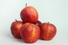 Stängt upp äpplet på vita bakgrunder royaltyfri fotografi