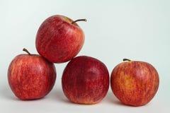 Stängt upp äpplet på vita bakgrunder arkivfoton
