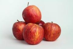 Stängt upp äpplet på vita bakgrunder fotografering för bildbyråer