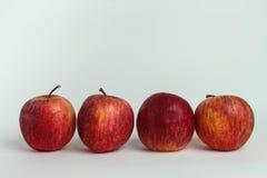 Stängt upp äpplet på vita bakgrunder royaltyfri bild