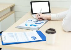 Stängt upp av affärskvinnas handstil för händer och kommentar på dokumentaffär med pennan och olika objekt på skrivbordarb arkivbilder