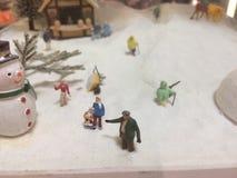 Stängt upp bild av miniatyrfolk i miniatyrstad royaltyfri fotografi