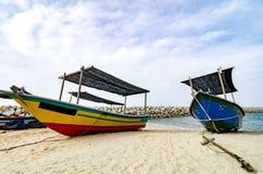 Stängt upp fiskarefartyget strandade på den sandiga stranden och molnigt Royaltyfria Foton