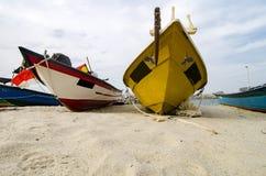 Stängt upp fiskarefartyget strandade på den sandiga stranden och molnigt Royaltyfri Bild