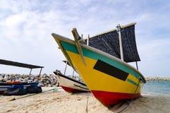 Stängt upp fiskarefartyget strandade på den sandiga stranden och molnigt Fotografering för Bildbyråer