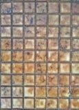 Stängt upp kvarteret av den vandringsledtegelstenar, modellen och tegelplattan arkivbild