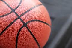 Stängt upp sikt av basketbal utomhus- Royaltyfri Foto