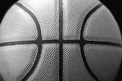 Stängt upp sikt av basketbal utomhus- Arkivbilder