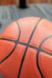 Stängt upp sikt av basketbal utomhus- Royaltyfria Foton