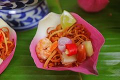 Stängt upp thailändsk stil nya Lotus Flower Petal Wrapped Appetizer kallade Miang kham royaltyfri fotografi