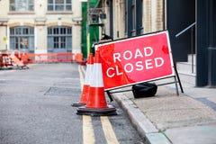 Stängt vägmärke för röd väg i en UK-stadsgata arkivfoto