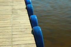 Stänkskärm av blåttgummihjul på en pir Arkivbild