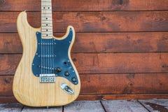 Stänkskärmstratocasterträelektrisk gitarr Arkivfoto