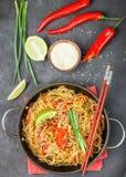 Stärka ris, potatisnudlar med nötkött och grönsaker Royaltyfri Foto