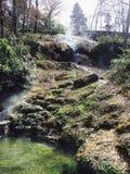 Stärkande vaggar lugna för naturlig gräsplan för den HoySpring Hill frikänden som är naturligt arkivfoton