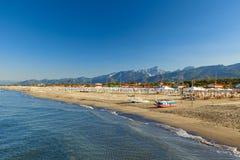 Stärke dei marmi Strandansicht über Sonnenaufgang lizenzfreies stockfoto