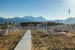 Stärke dei marmi Strandansicht über Sonnenaufgang Stockbilder