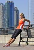 Stärken-Übung im städtischen Park Lizenzfreies Stockfoto