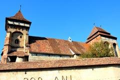 Stärkt medeltida kyrka i vingårddalen, Transylvania arkivfoton