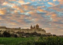 Stärkt stadsMdina Rabat medeltida stad inneslutad i bastioner med episk solnedgånghimmel som lokaliseras på en stor kulle i mitte royaltyfri foto