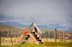 Stätta över staketet Farm Scene In Colorado med svart bakgrund för bergbjörnöron arkivbild
