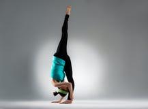 Stå för fot för elegant bodybuildingkvinna enkelt Arkivbild