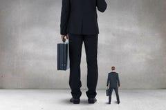 Stå för stora och små och medelstora företagmän arkivbilder