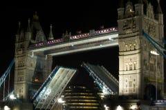 Stå hög överbryggar öppet på natten, London, UK Royaltyfria Bilder