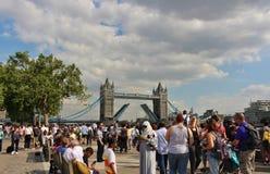 Stå hög överbryggar, London royaltyfri fotografi