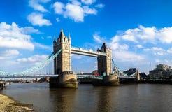 Stå hög överbryggar, London Royaltyfri Bild