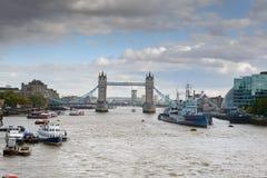 Stå hög överbryggar och HMS Belfast på Thamesen Royaltyfria Foton