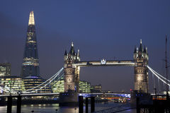 Stå hög överbryggar och skärvan i London på natten Royaltyfri Bild