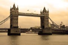 Stå hög överbryggar på floden Thames i London Royaltyfri Fotografi