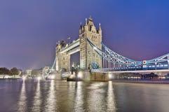 Stå hög överbryggar på London, England Arkivbild