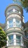 Utsmyckat specificerar av står hög i Victorianhem i San Francisco royaltyfri fotografi