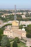 Beskåda från Sts Peter Basilica på Vatican radiosände byggnader Royaltyfria Bilder