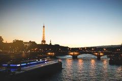 Stå hög Eiffel Royaltyfri Fotografi