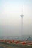 stå hög för skyskrapa för morgnar för byggnadsdelhi dimma Arkivbild