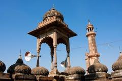 Stå hög med gammala megafoner på taklägga av moskén Royaltyfria Bilder