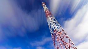 Stå hög Stå hög och skyen moln och höjdtorn Telekomsändare på himmel och moln lager videofilmer