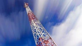 Stå hög Stå hög och skyen moln och höjdtorn Telekomsändare på himmel och moln arkivfilmer