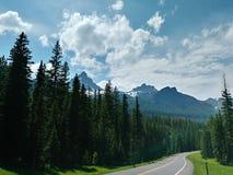 Stå högt berg på vägen till den Yellowstone nationalparken royaltyfria bilder