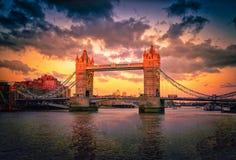 Stå högt brogränsmärket i den London staden på solnedgången i UK Royaltyfri Bild