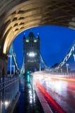 Stå högt bron i London på en December morgon Arkivbilder