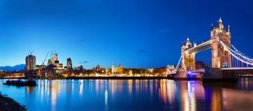 Stå högt bron i London, UK på natten Fotografering för Bildbyråer